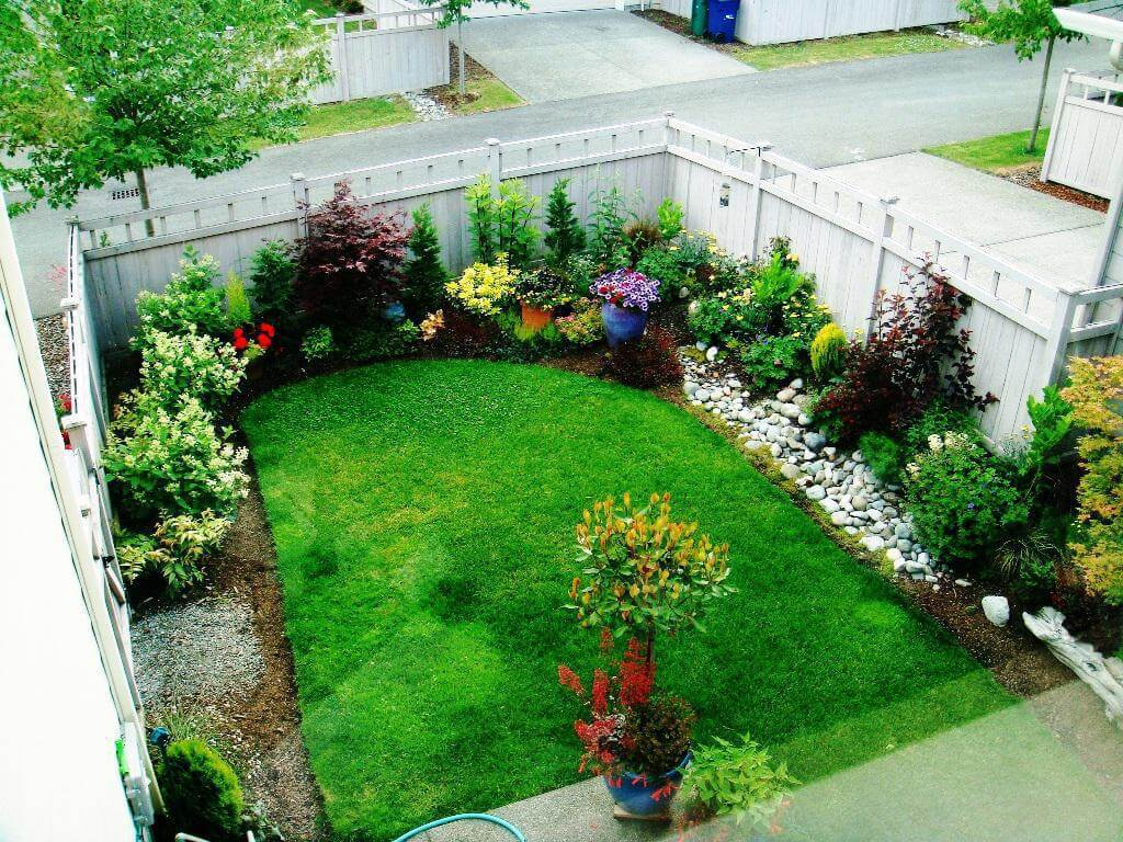 Centered-Lawn-with-Outer-Flower-Beds