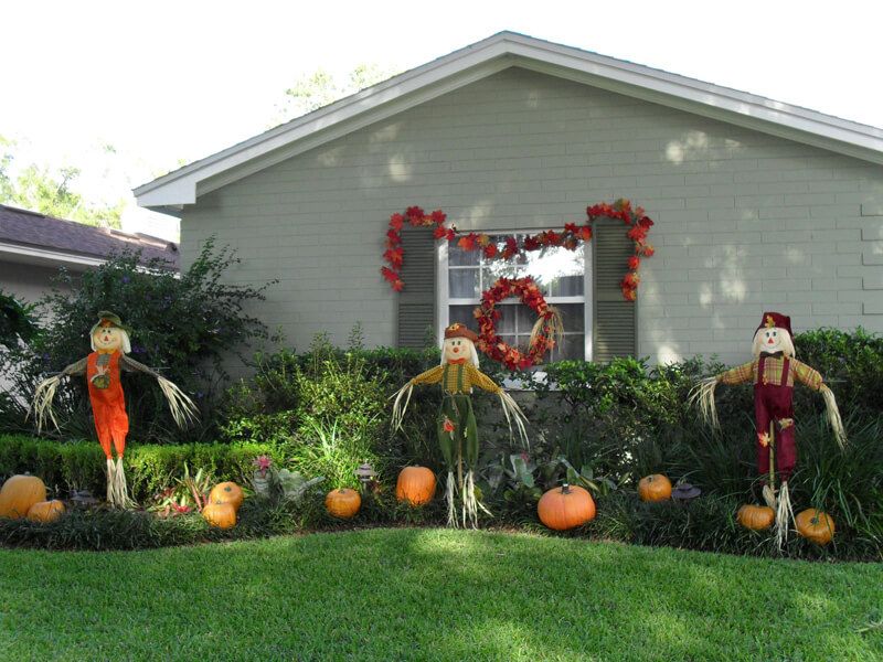 fall landscaping pumpkins and scarecrows